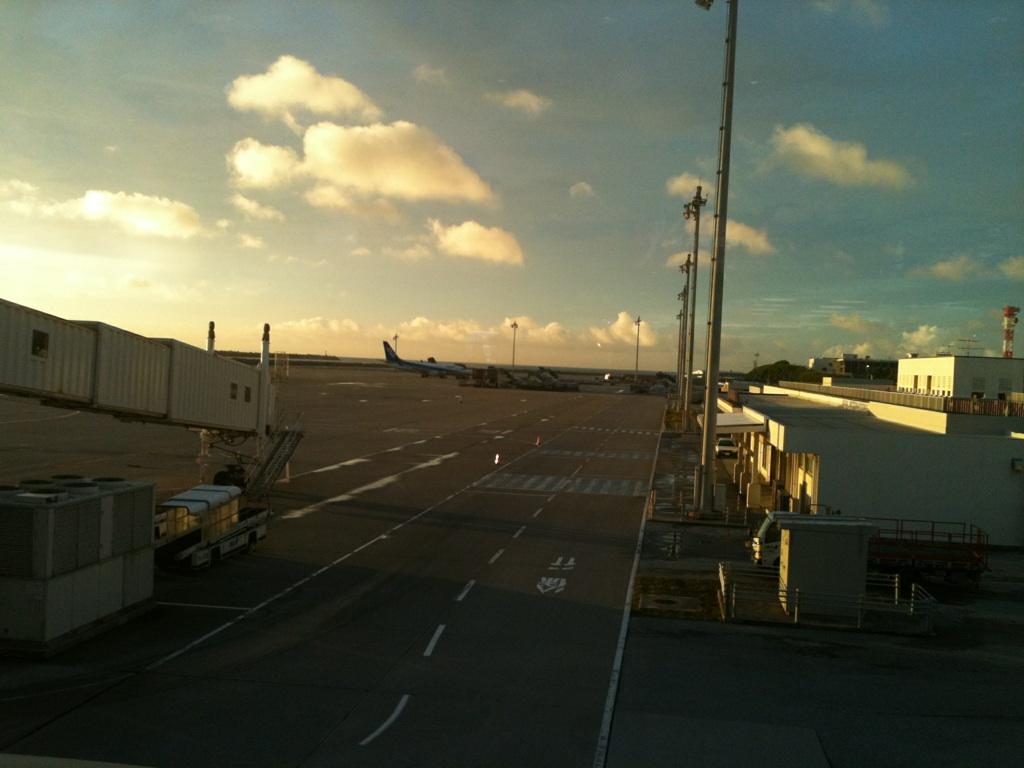 夕暮れ時の那覇空港