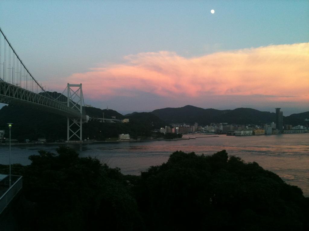 夕暮れ時の関門大橋と門司港