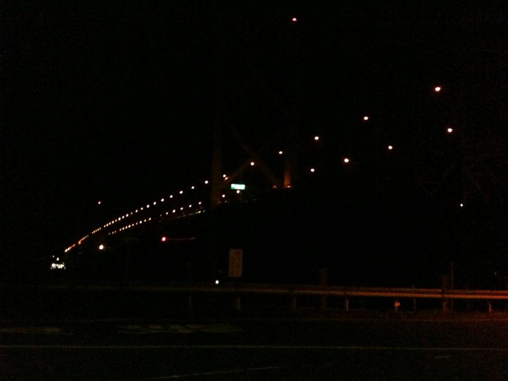 夜明け前の関門大橋